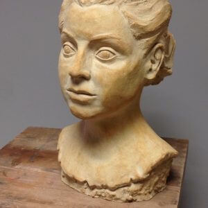 Figura de cabeza hecha de barro
