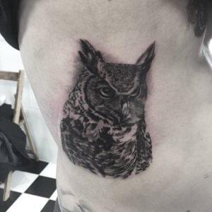 Tatuaje buho blanco y negro