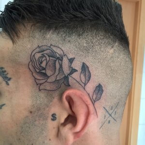 Tatuaje rosa en cabeza